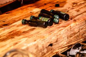 Bierflaschen auf uhrigen Altholz